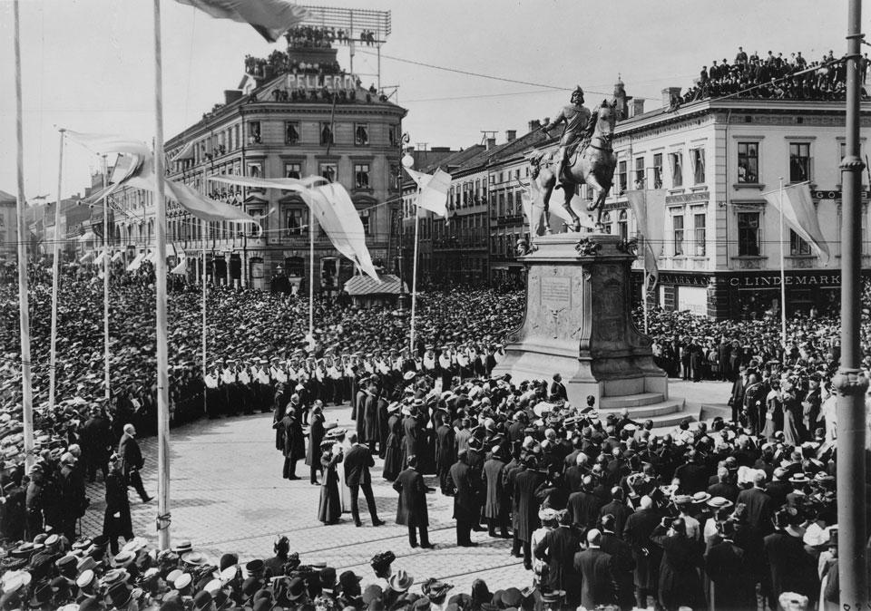 Foto från invigningen av Karl IXs ryttarstaty i Göteborg, 1904